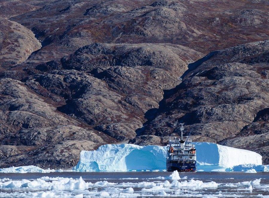 Reise in Grönland, Eisberge vor der Kulisse des Scoresby-Sundes
