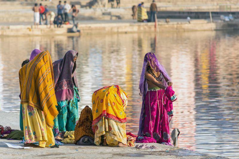 Reise in Indien, Pilgerinnen am Heiligen See in Pushkar, Rajasthan