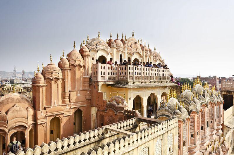 """Reise in Indien, Kunstvoll gearbeitete Fassade des """"Palastes des Winde"""" in Jaipur, Rajasthan"""