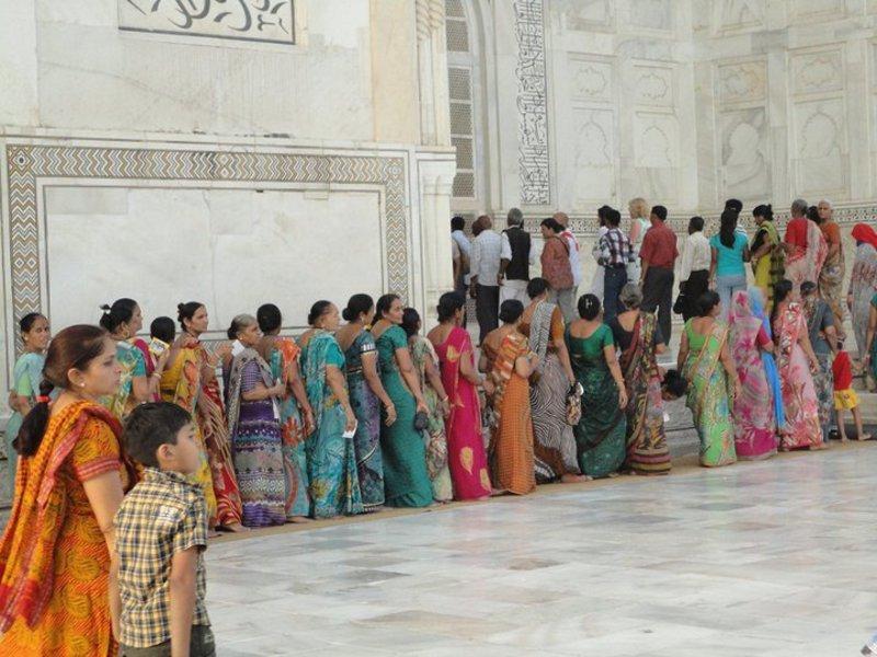 Reise in Indien, Schlange stehen in bunten Saris vor dem Taj Mahal