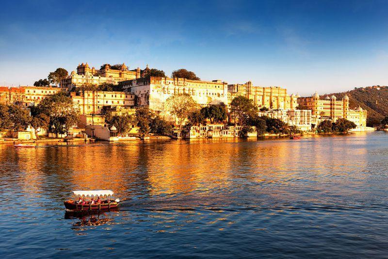 Reise in Indien, Während der Bootsfahrt auf dem Pichola-See sehen wir den Stadtpalast in Udaipur aus anderer Perspektive