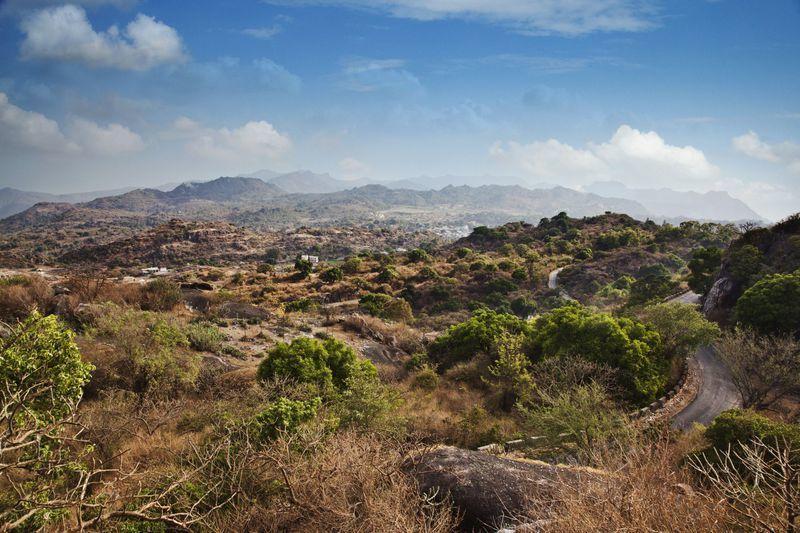 Reise in Indien, Landschaft um die Hill-Station Mount Abu im Araveli-Gebirge in Rajasthan