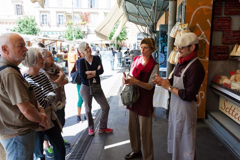 Reise in Italien, Rom - Travestere - Eva Clausen am Käsestand