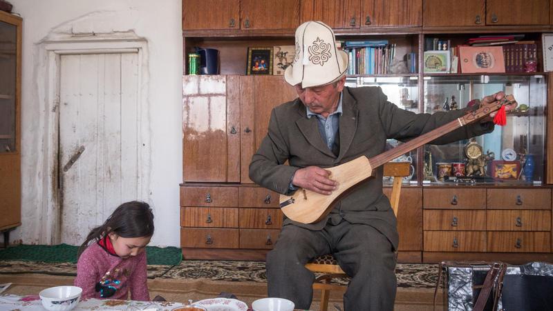 Reise in Kirgistan, Musizieren in Tuura-Suu