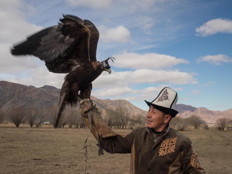 Reise in Kirgistan, Kirgise mit Adler