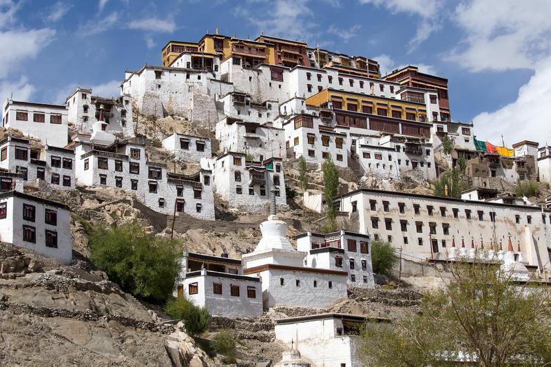 Reise in Indien, Das Thikse-Kloster ragt wie eine Steinpyramide in den Himmel