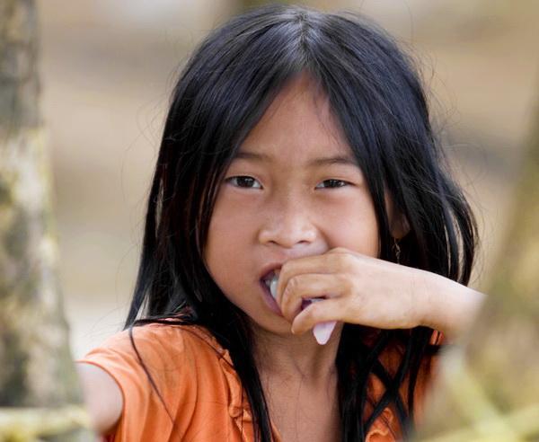 Reise in Laos, Hmong Mädchen in einem Bergdorf in der Provinz Luang Prabang