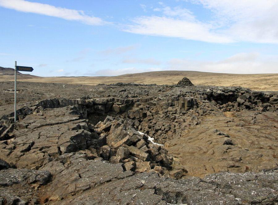 Reise in Island, Lavalandschaft rund um die Höhle Surtshellir