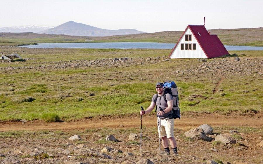 Reise in Island, Vor einer der einfachen Hochlandhütten