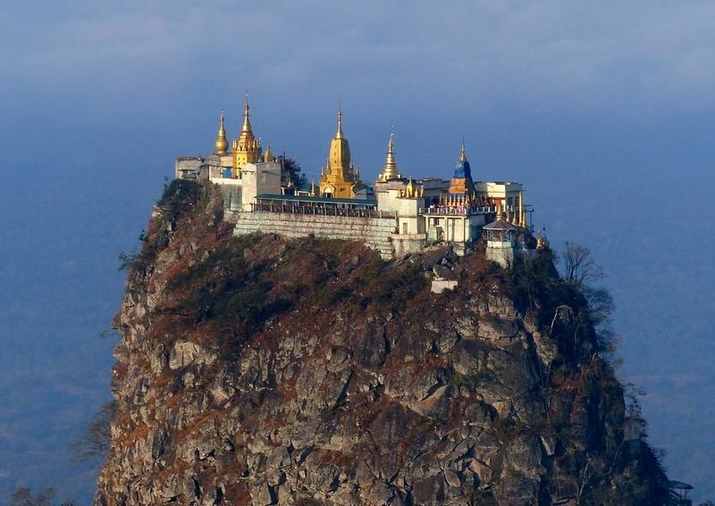 Reise in Myanmar, Blick auf die Tempelanlage auf dem Mount Popa in Myanmar
