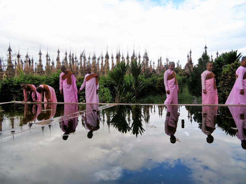 Reise in Myanmar, Junge Nonnen vor einer Pagode in Kekku, Myanmar