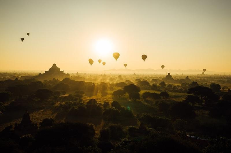 Reise in Myanmar, Im Heißluftballon die Aussicht auf das Tempelfeld in Bagan genießen