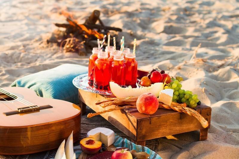 Reise in Myanmar, Am Nabule-Strand picknickt die Reisegruppe rustikal