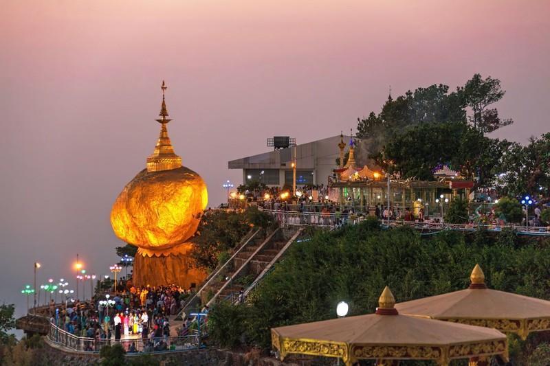 Reise in Myanmar, Der Goldene Felsen in Myanmar im Abendlicht