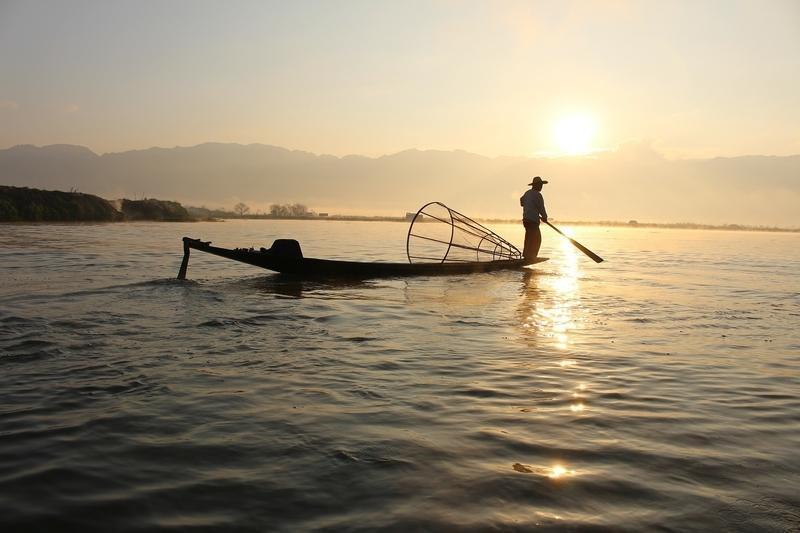 Reise in Myanmar, Während der Bootsfahrt auf dem Inle-See sehen wir die berühmten Einbeinruderer
