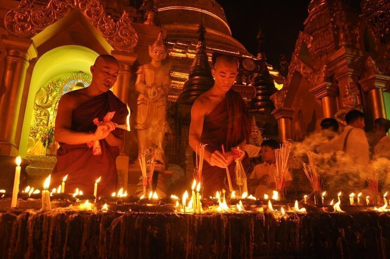 Reise in Myanmar, Buddhistische Mönche entzünden Öllampen