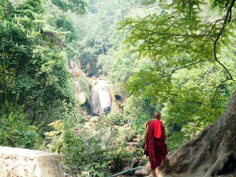 Reise in Myanmar, Myanmar: Kontemplation - Moench am Wasserfall
