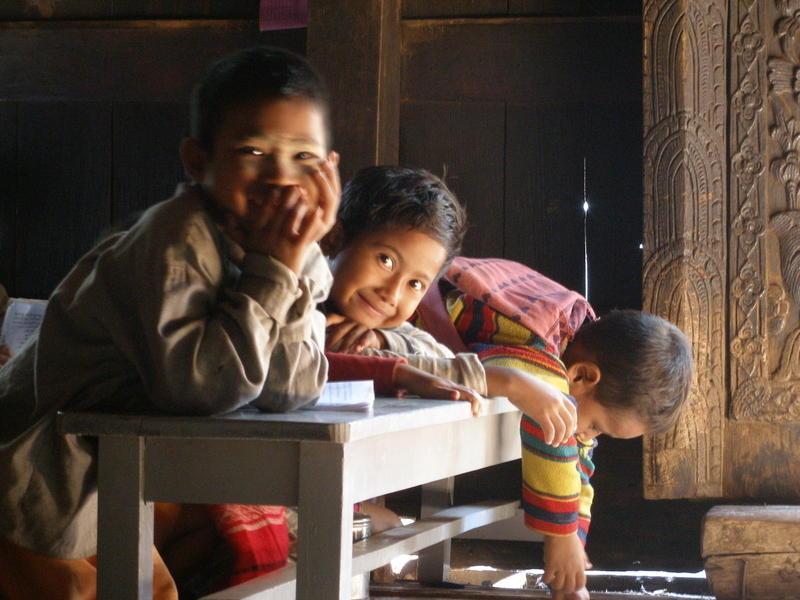 Reise in Myanmar, Beim Besuch der klösterlich geführten Schule können wir mit Kindern und Lehrern in Kontakt treten