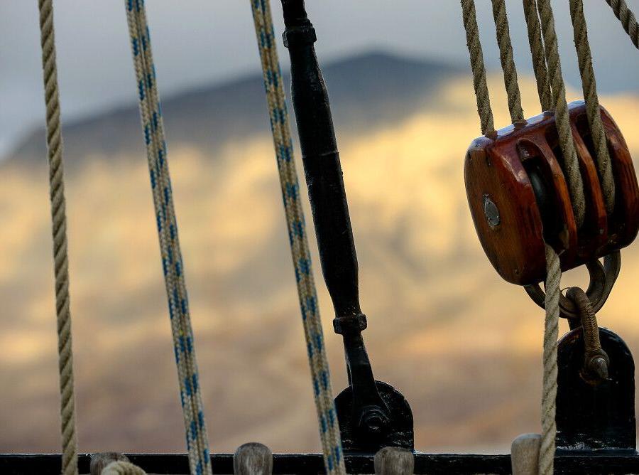 Reise in Arktis, Sonnenschein auf den Bergen um Longyearbyen, während die Antigua im Hafen liegt