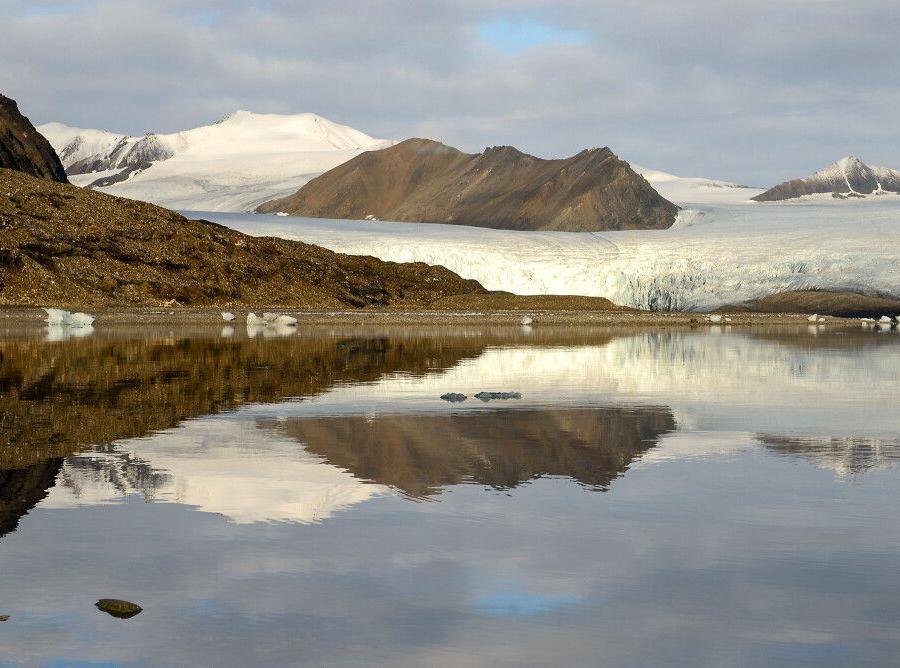Reise in Arktis, Spiegelungen par excellence, als die Sonne durchbricht