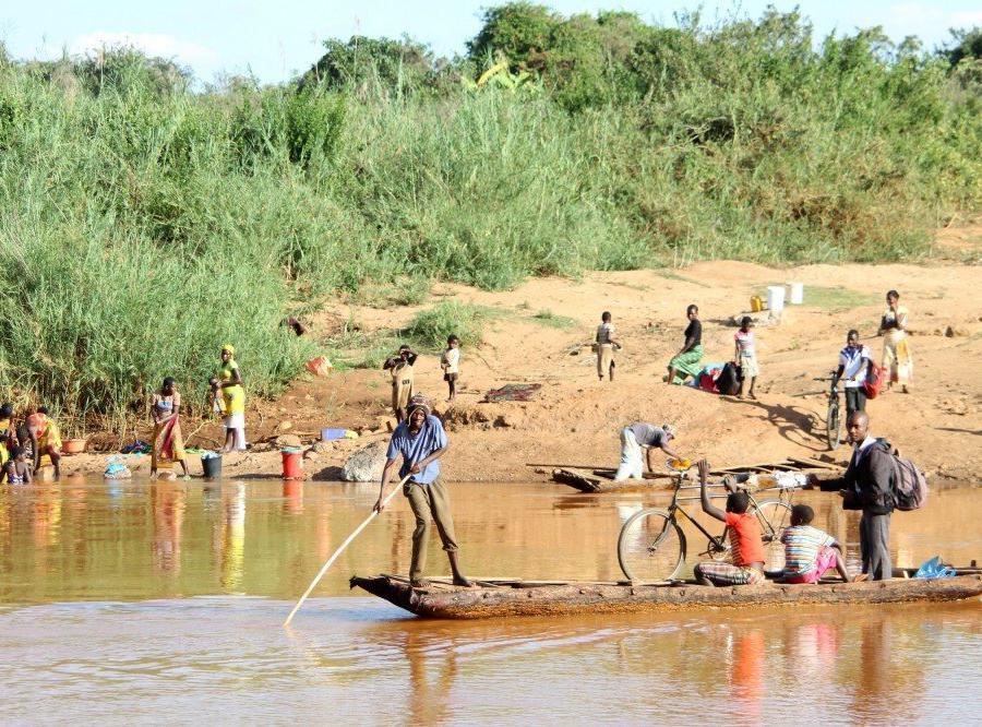 Reise in Mosambik, Rindenboote auf dem Rio Lucite, Manica-Provinz