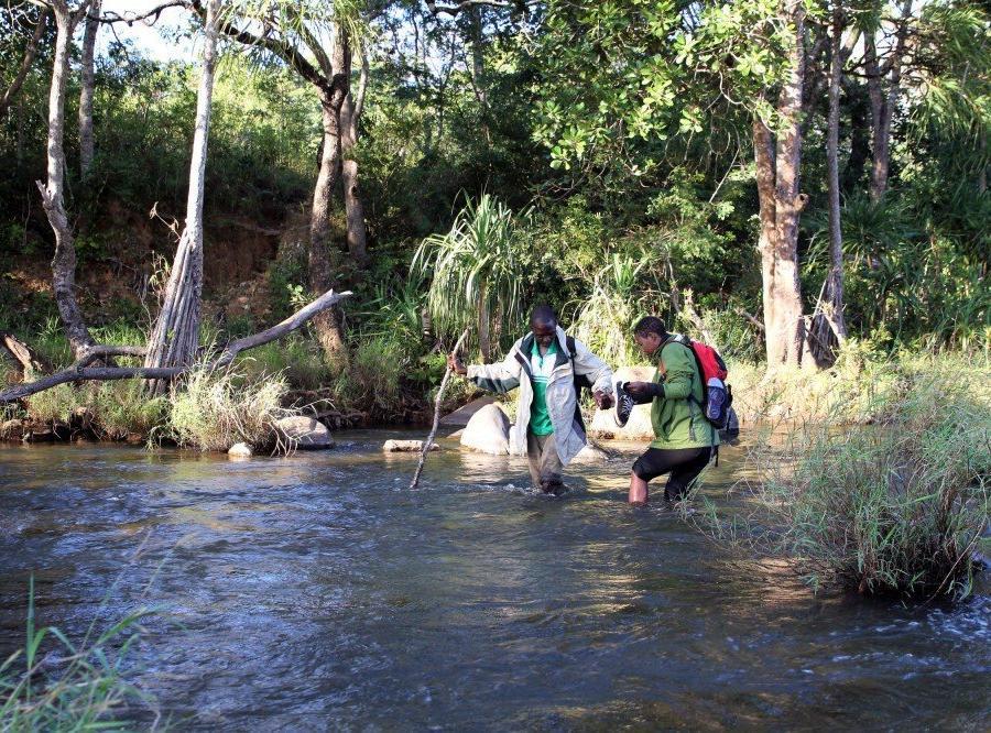 Reise in Mosambik, Überqueren des Mussapa-Flusses im Chimanimani-Nationalreservat