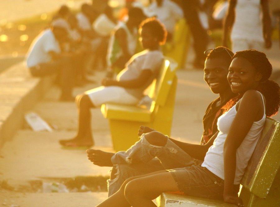 Reise in Mosambik, Junges Paar an der Strandpromenade von Beira