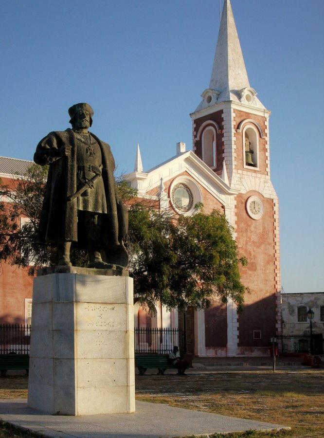 Reise in Mosambik, Statue von Vasco da Gama vor dem Gouverneurspalast, Ilha de Moçambique