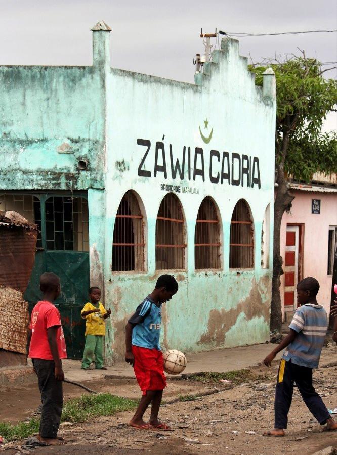 Reise in Mosambik, Fussball spielende Kinder in Mafalala, Maputo