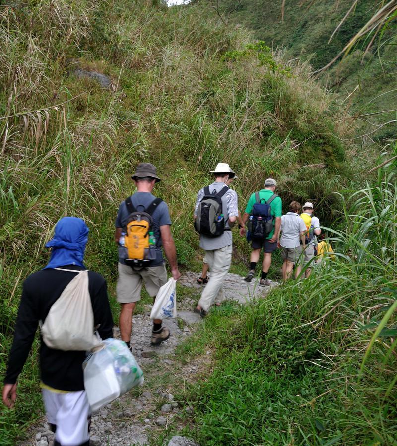 Reise in Philippinen, Die Reisegruppe unternimmt eine Wanderung zu den Batak