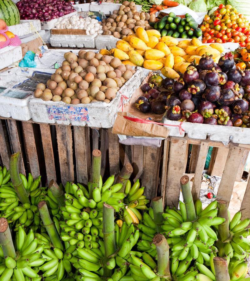 Reise in Philippinen, Obststand auf dem bunten Markt von Taal