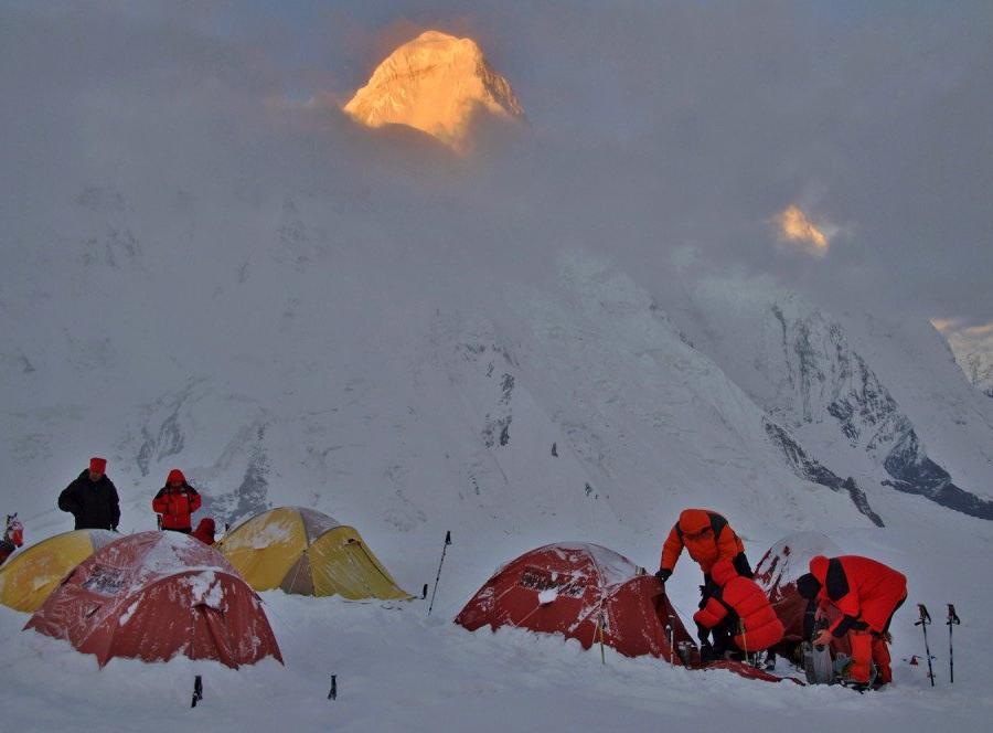 Reise in Kasachstan, Hochlager am Morgen mit Khan Tengri im Hintergrund