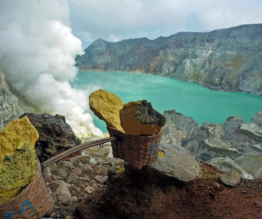 Reise in Indonesien, Schwefelabbau am Mount Ijen in Ostjava