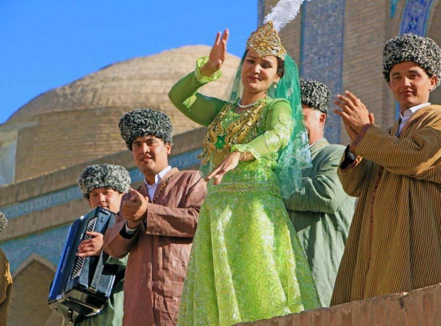 Reise in Usbekistan, Folkloretänzerin in Chiwa