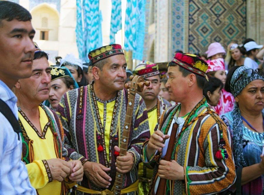 Reise in Usbekistan, Musiker im Getümmel beim Silk & Spice Festival in Buchara