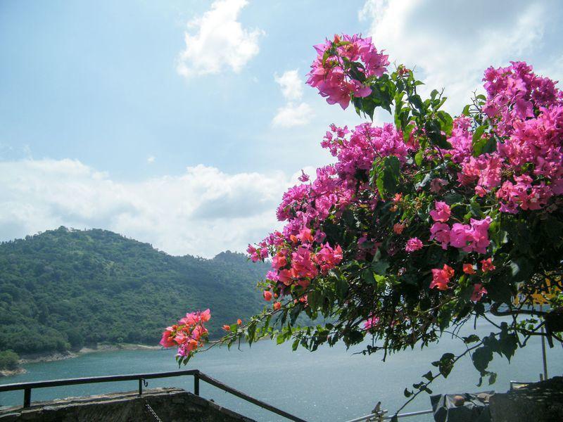 Reise in Sri Lanka, Blick auf das Victoria Reservoir in der Nähe von Kandy auf Sri Lanka