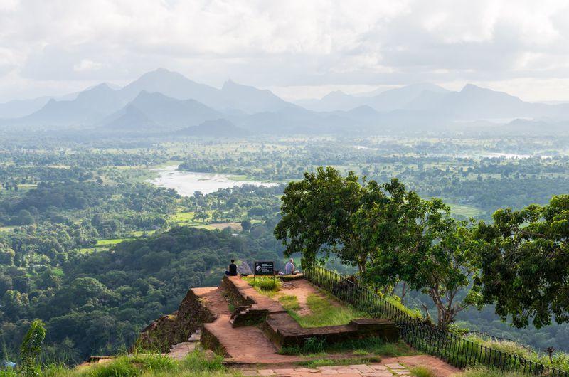 Reise in Sri Lanka, Nach dem schweißtreibenden Aufstieg zur Felsenfestung Sigiriya wird die Reisegruppe mit einem fantastischen Blick über d