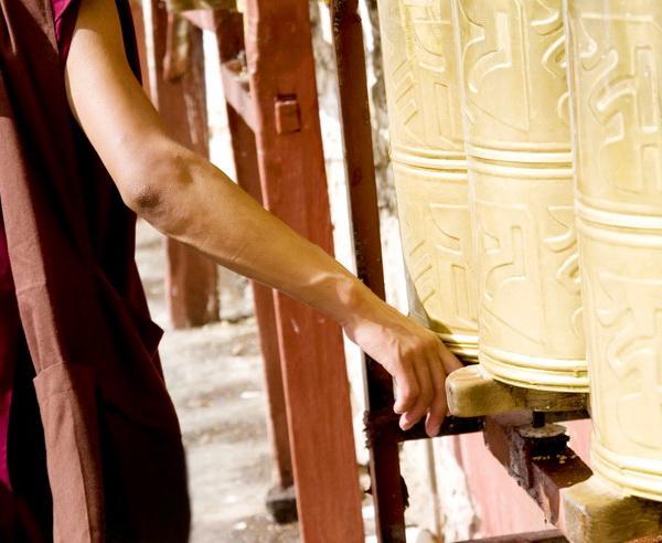 Reise in China, Tibeter dreht die Gebetsmühlen in einem Tempel