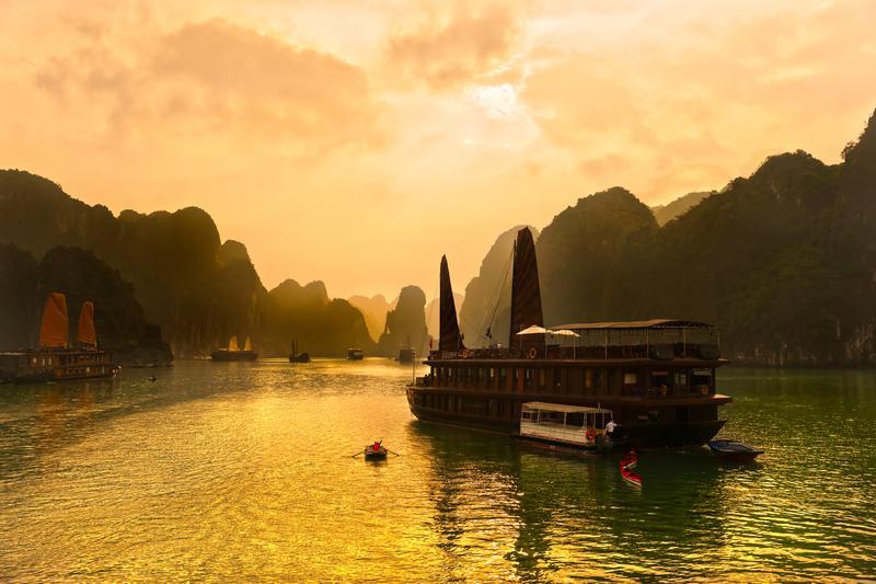 Reise in Vietnam, Die Halongbucht bei Sonnenuntergang