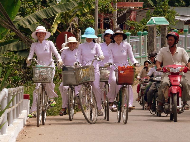 Reise in Vietnam, Vietnam - Radelnde Schülerinnen