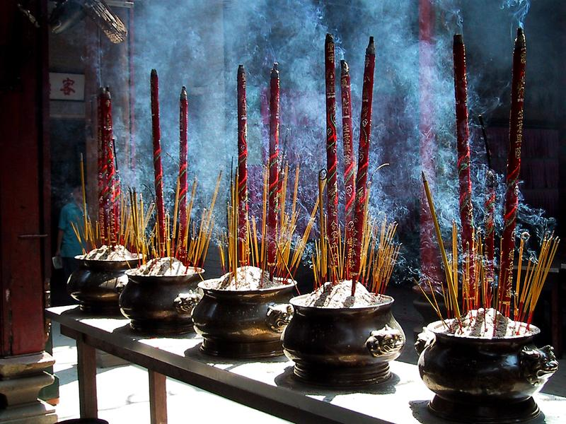 Reise in Vietnam, Vietnam - Tempel, Räucherstäbchen