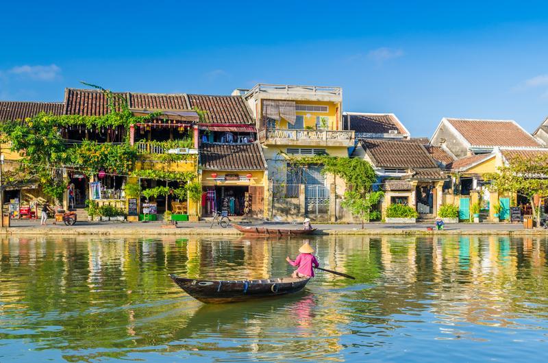 Reise in Vietnam, Die bunten und malerischen Wasserstraßen der Hafenstadt Hoi An in Vietnam mit tradiotionellen Gebäuden
