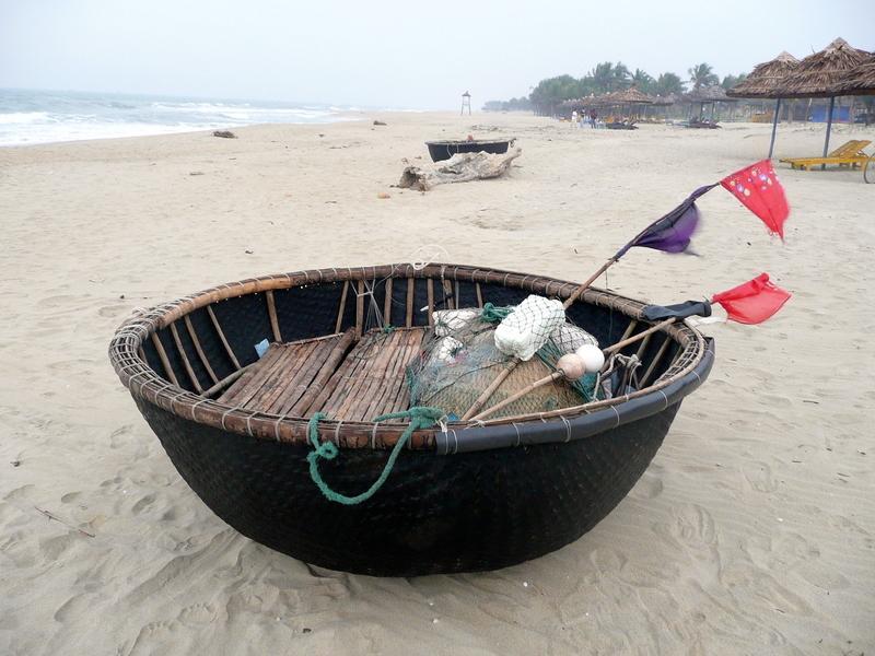 Reise in Vietnam, Rundes Fischerboot am Strand von Hoi An