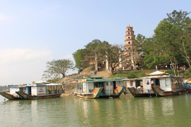 Reise in Vietnam, Vietnam-Hue in Zentralvietnam erkunden wir per Boot und zu Fuß am Parfümfluss - Zitadelle und die Verbotenen Stadt sind