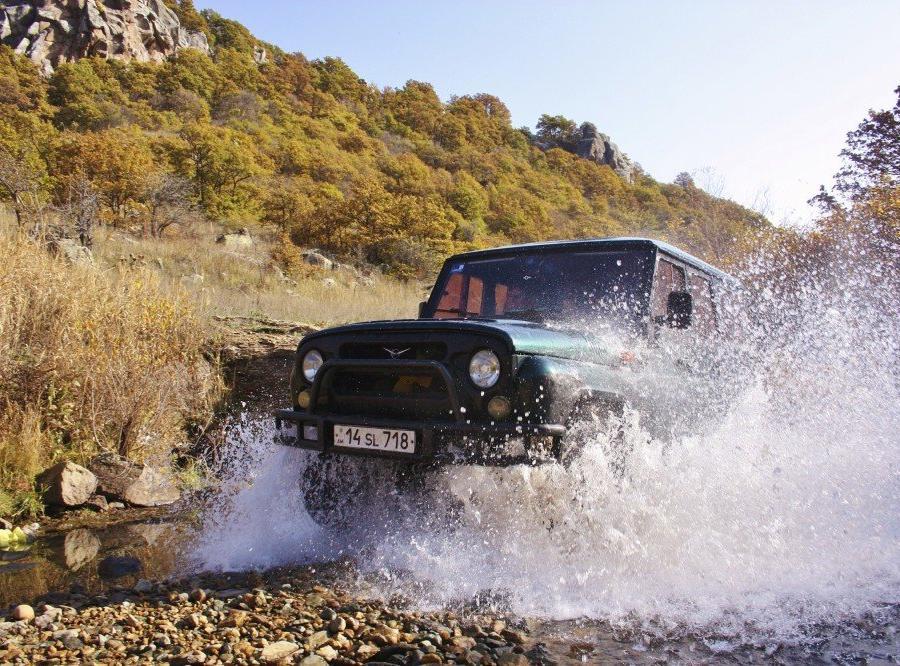Reise in Armenien, UAZ bei Flussdurchfahrt