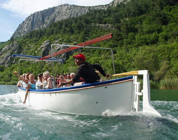 Reise in Kroatien, Bootsfahrt auf der Cetina zurück nach Omis nach der Wanderung
