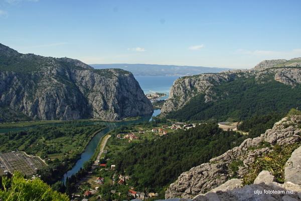 Reise in Kroatien, Wanderer sehen mehr - die Cetina erreicht bei Omis das Meer