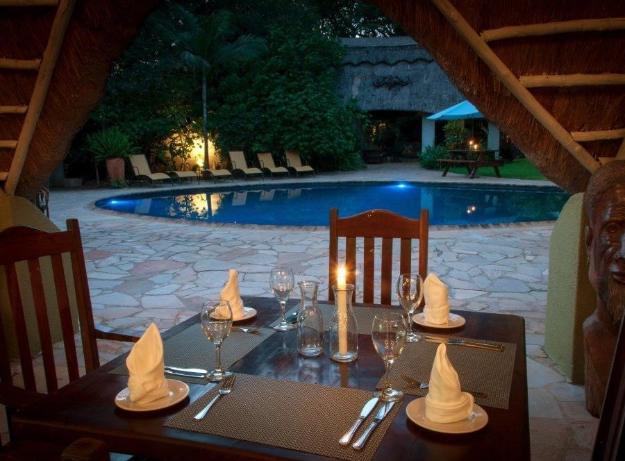 Reise in Botswana, Restaurant und Pool Bereich in der Bayete Guest Lodge
