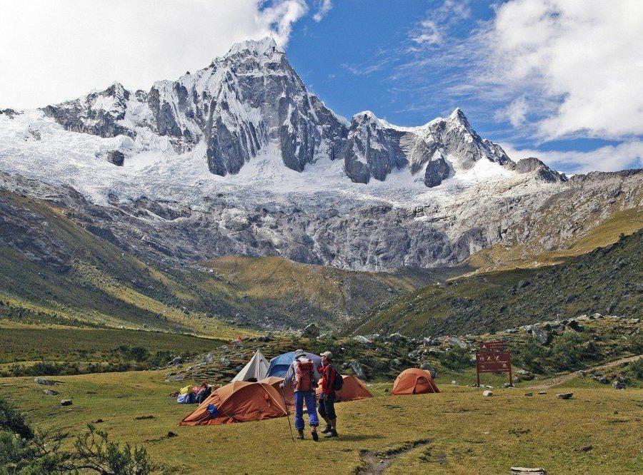 Reise in Peru, Ein einzigartiges Panorama eröffnet sich von den Flanken des Nevado Pisco auf die umliegenden Berge.